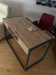 Schreibtisch mit einem Stuhl