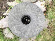 Mühlenstein Wasserspiel Brunnen grau