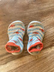 babysocken mit Gummisohle - erste Schritte