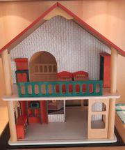 Puppenhaus mit Möbeln aus Holz