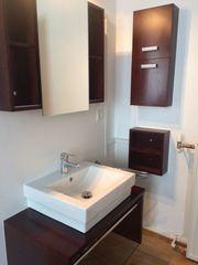 Badezimmermöbel mit Waschbecken und Spiegelschrank