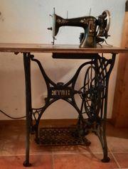 Antike Nähmaschine mit Tisch