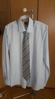 Herrenhemd mit passender Krawatte