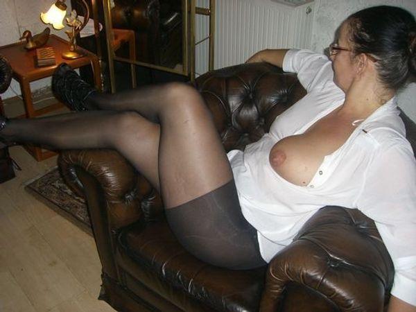 Hausfrau zeigt sich serh gerne