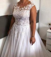 Brautkleid mit Spitze und Schleppe