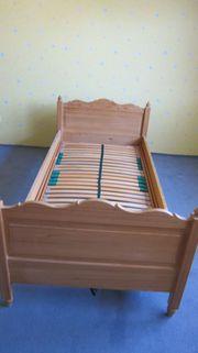 Vom Schreiner gefertigtes Holzbett mit