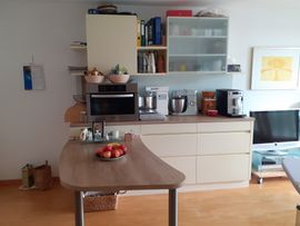 Küchenschrank mit viel Stauraum und Tisch