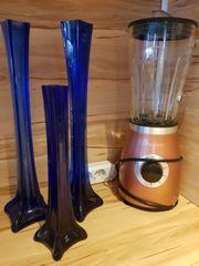 drei Vasen in blau und
