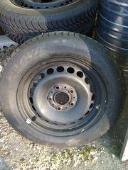 Ein Satz Felgen mit Reifen