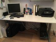 Schreibtisch mit weißer Platte und