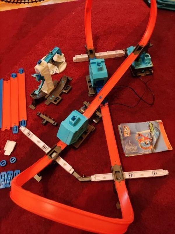 Hot wheels track builder mit
