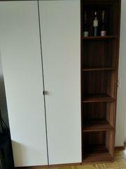 Wohnzimmerschrank und Regale