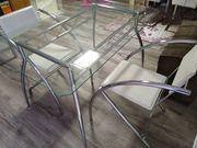 Glastisch mit zwei Lederstühlen modern