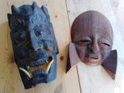2 geschnitzte Masken