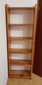 Schlichtes Bücherregal aus Massivholz