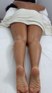 Masseur bietet Yoni-Massage für die