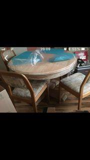 Schöner Tisch und 4 Stühle