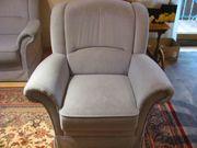 einzelner grauer Sessel