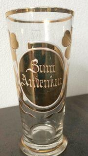 Antikes Glas mit Goldaufdruck Zum