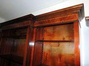 Bücherregal in Nussbaum mit Intarsien