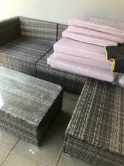 Lounge grau mit Tisch