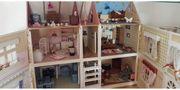 selbstgebautes Puppenhaus aus Holz mit