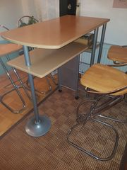 Theke mit Stühlen