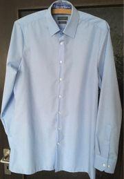 Schickes blaues Hemd