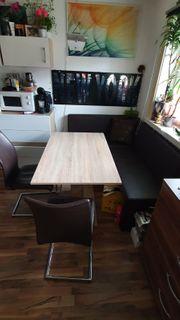 Tisch mit Eckbank und Stühle