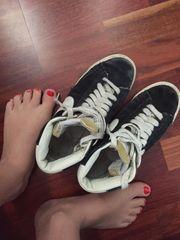 stark getragene Sneakers