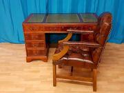 Antiker englischer Schreibtisch mit Chesterfield