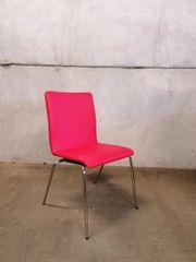 roter Stuhl aus Kunstleder