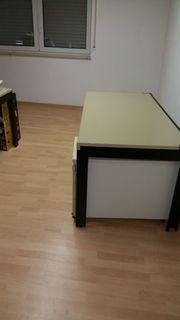 stabiler Schreibtisch mit Rollcontainer