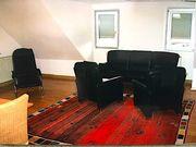 Verschiedene Möbel Couch Tisch Rattanstühle