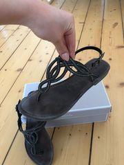 Neue Sandaletten mit Ziersteinen von