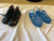 halbhohe Schuhe und Wasser-Sandalen im