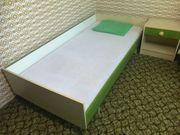 Kinderzimmer mit Bett Nachttisch Regal