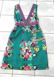 Neues grünes satinartiges Kleid mit
