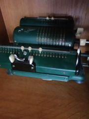 2 alte Drehkurbelrechenmaschinen