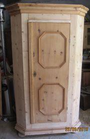 alter Eckschrank aus Zirbenholz