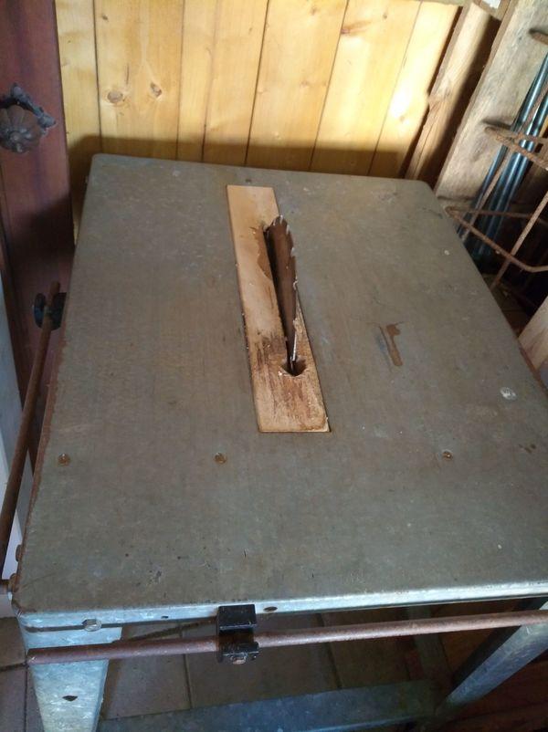 Ältere Tisch-Kreissäge mit Sägeblatt Gestell