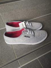 Sneakers NEU Grau