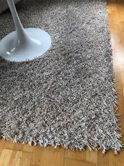 Großer Teppich mit langen Fransen