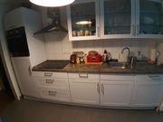 Schöne Einbauküche mit Elektrogeräten in