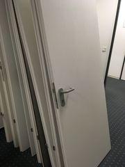 13 weiße Holztüren
