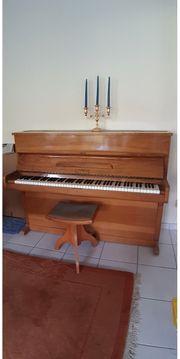 Klavier der Marke Dengler mit