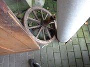 altes Wagenrad mit Achse