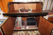 Schallplattenspieler in Schrank mit Sammlung