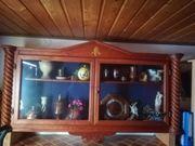schöne Hängevitrine Holz mit Glastüren
