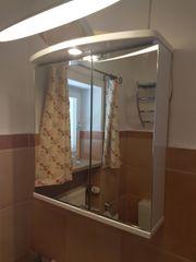 Gepflegter Spiegelschrank 2-türig mit Strahler